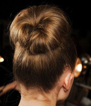 Пучок с бубликом на длинные волосы