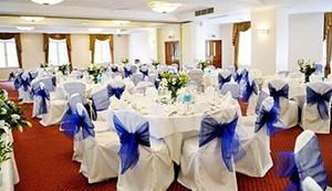 Как украсить зал на свадьбу своими руками тканью и лентами