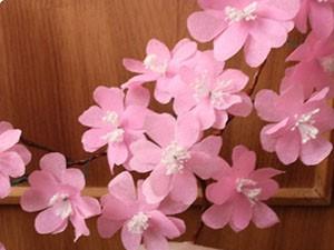 Композиция цветков сакуры из цветной бумаги на ветках