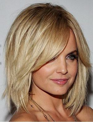 Многослойный боб на средние волосы