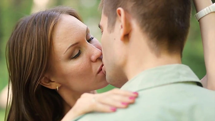 Прикоснись своими губами до губ партнера закрыв глаза