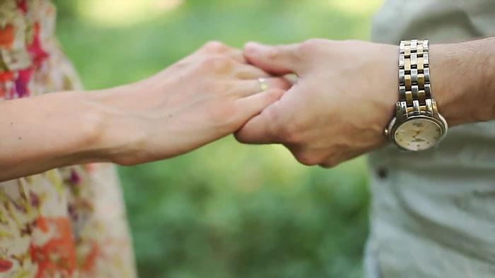 Ласково взять партнера за руку