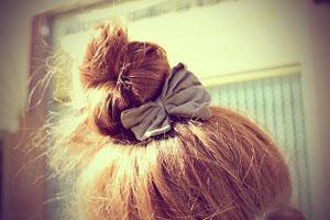 Пучок на средние волосы с резинками и шпильками