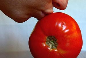 Тренировка поцелуев на помидорах