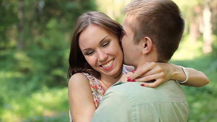 Закончите поцелуй в объятиях друг друга