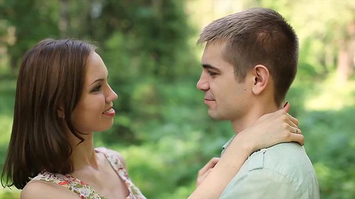 Закончите поцелуй и нежно взгляните в глаза партнера