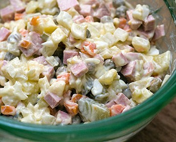 как приготовить зимний салат с колбасой