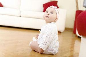 В каком возрасте девочки  сидят самостоятельно