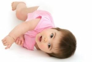 Когда и как должен переворачиваться ребенок