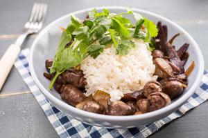 Рис с куриными сердечками тушеными в сметане
