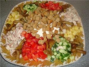Салат обжорка с сухариками