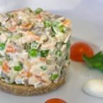 Рецепт Оливье с колбасой — непременный атрибут праздничного стола