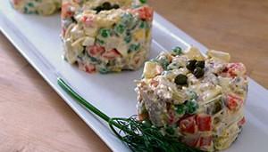 Салат оливье с копченой колбасой