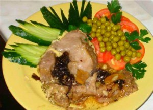 Свинина в духовом шкафу с огурцами и черносливом вкусно и быстро