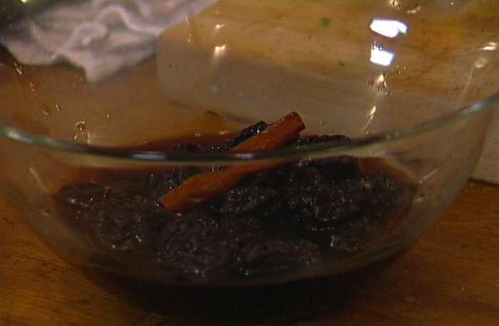 Фото этапов приготовления мяса с черносливом и огурцами на противне