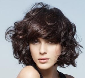 Вариант стрижки удлиненного каре на вьющиеся волосы