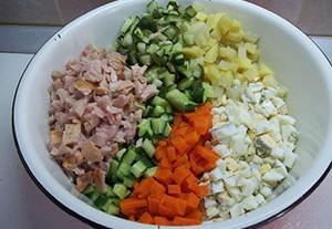 Варианты приготовления салата оливье с колбасой