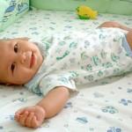 Во сколько месяцев ребенок начинает переворачиваться самостоятельно и как ему помочь