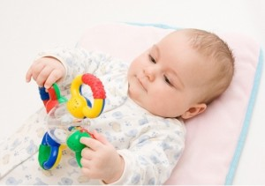 Упражнения с игрушкой для переворотов ребенка