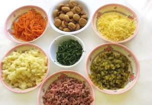 Готовим ингредиенты для салата