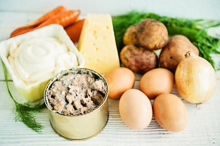 Ингредиенты для классической мимозы с сайрой