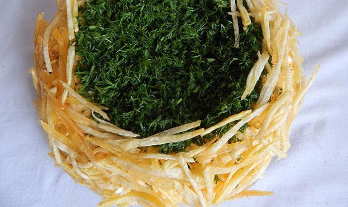 Края салата выложить картофелем