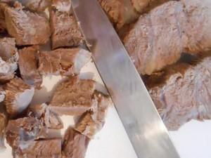 Нарезать мясо кубиками для заливного из говядины