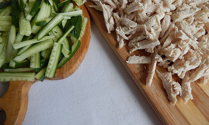Нарезать соломкой мясо и огурцы