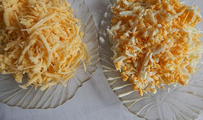 Натереть сыр и куриные яйца врозь
