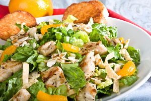 Необычный салат из блинов с курицей