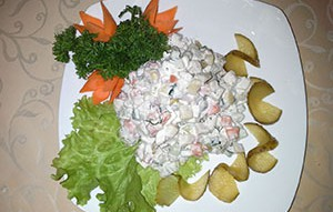 Оригинальный рецепт салата столичный с добавкой куриного мяса