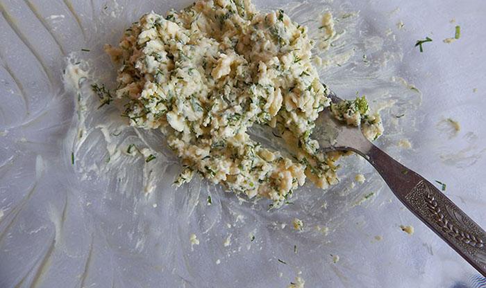Отделить желтки и смешать с укропом и натёртым сыром