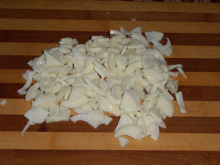 Белок отваренных яиц крупно нарезать