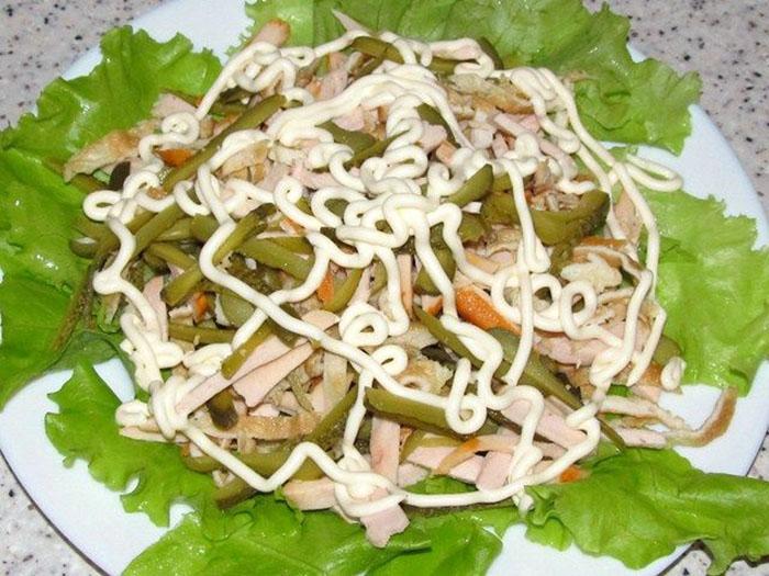 Перемешать ингредиенты и выложить их на салат заправив майонезом