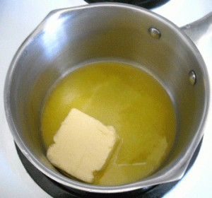 Топим масло в кастрюле для приготовления крем-супа из шампиньонов