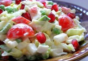 Салат с сухарями и помидором