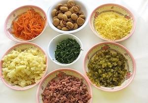 Салат полянка с шампиньонами и мясом