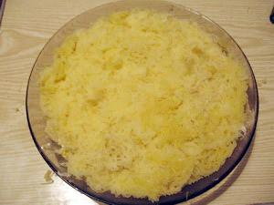 Посыпать слой мимозы сыром