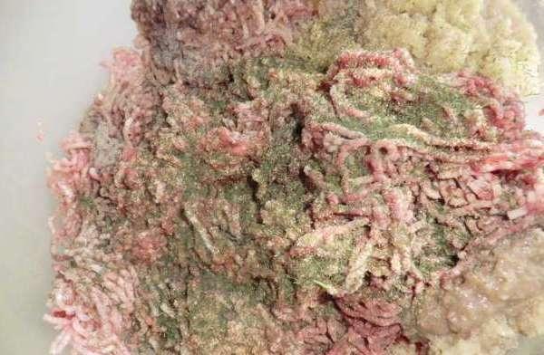 Мясо на котлеты под ягодным соусом