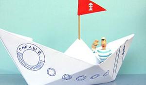 Украшение бумажных корабликов