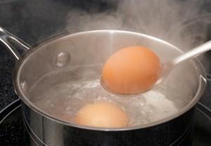 Варим яйца для салата шапка мономаха