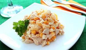 Салат с куриной грудкой и кукурузой очень вкусный