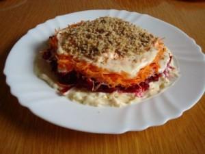 Выкладываем подготовленные продукты слоями для салата шапка мономаха