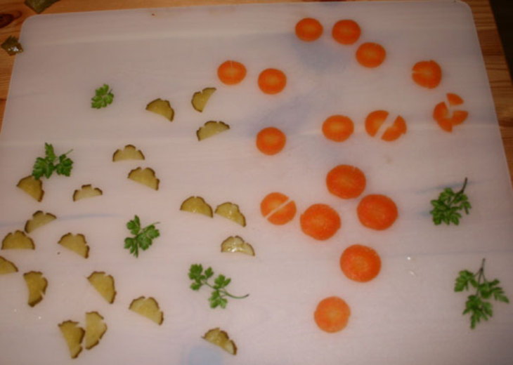 Выкладываем ингредиенты в тарелку для заливного провансаль