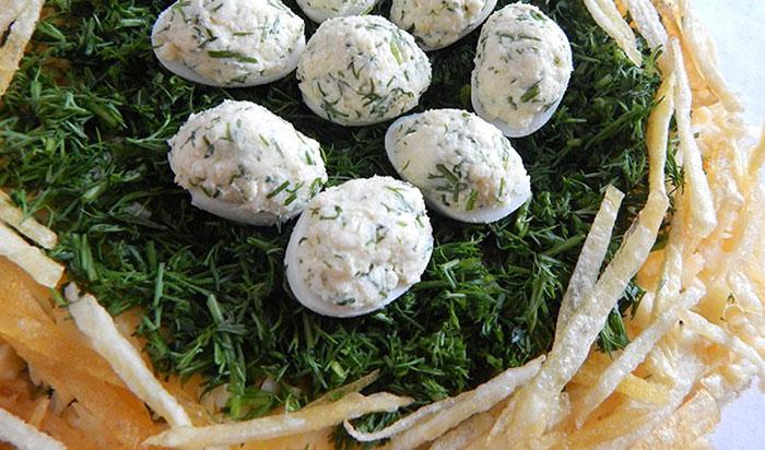 Заполнить сырно-яичной смесью половинки белков и выложить их на укроп
