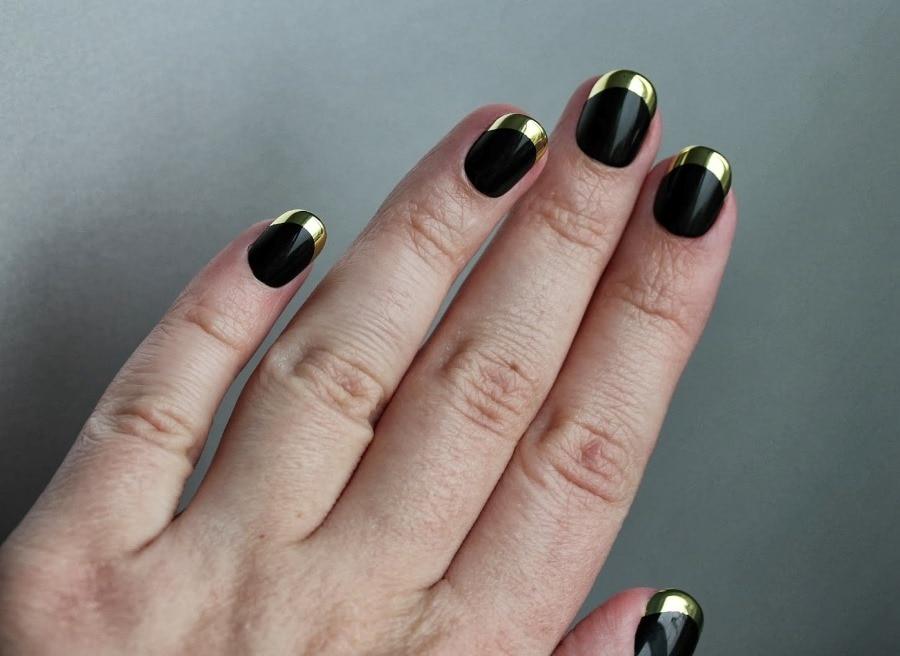 Дизайн черных ногтей с золотом