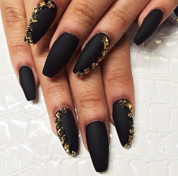 Нарощенные ногти в черном дизайне