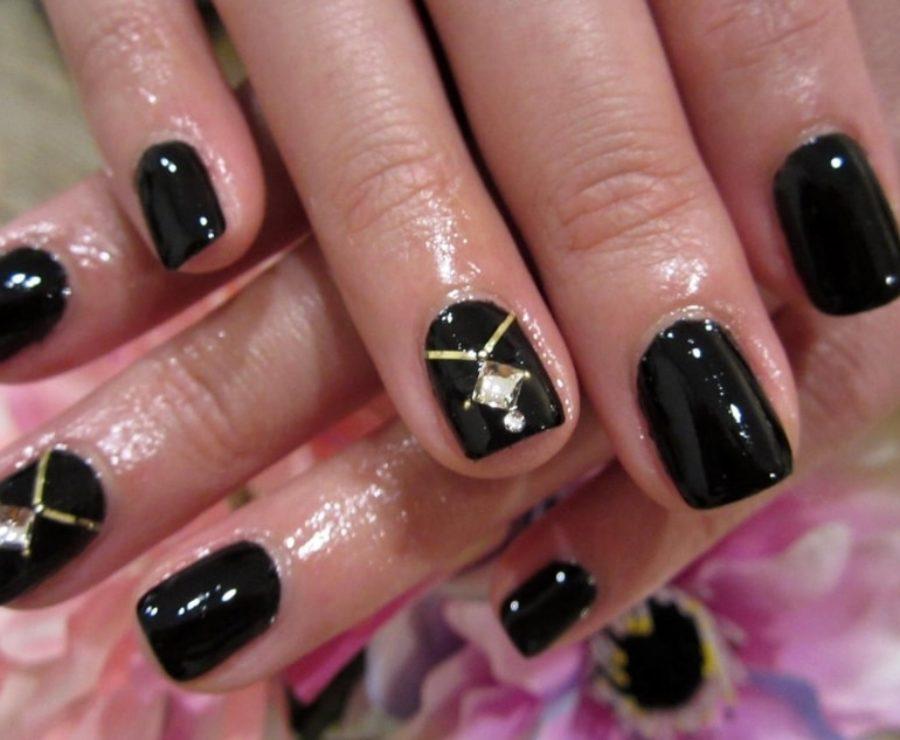 Фото дизайна черных ногтей с золотом