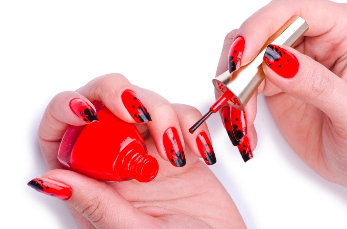 К чему красят ногти в красный цвет
