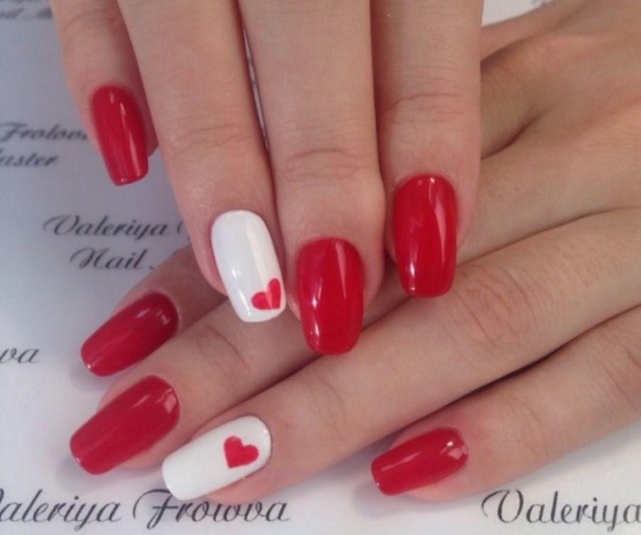 Маникюр с красным и белым лаком на короткие ногти